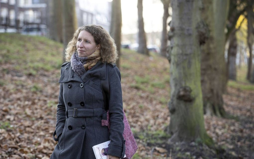 """Tamara Breugem verwerkte haar ervaringen in kamp Moria op Lesbos in een roman. """"Met mijn boek wil ik bijdragen aan bewustwording over de situatie in de Griekse vluchtelingenkampen."""" beeld RD, Anton Dommerholt"""