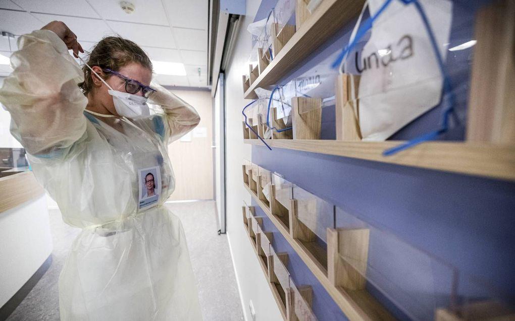 Verpleegster in een beschermend pak. beeld ANP, Rob Engelaar