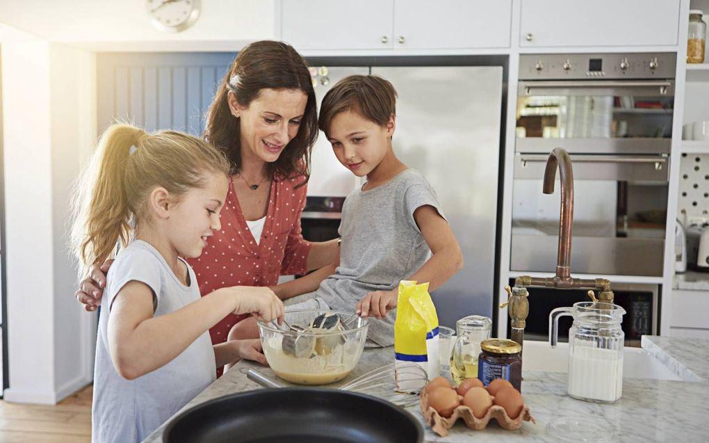 """""""Creëer positieve ervaringen wanneer je als ouder tegen een burn-out aanloopt, bijvoorbeeld door onverwacht pannenkoeken te bakken. beeld iStock"""