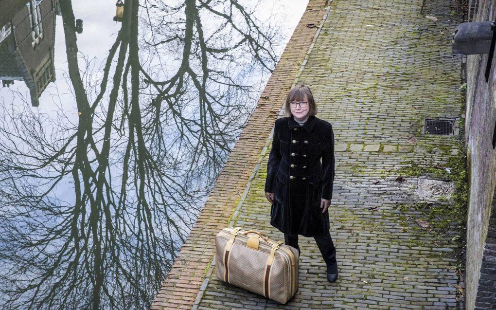 Pauline Terreehorst met de Gucci-koffer waarover ze een boek schreef. beeld RD, Henk Visscher
