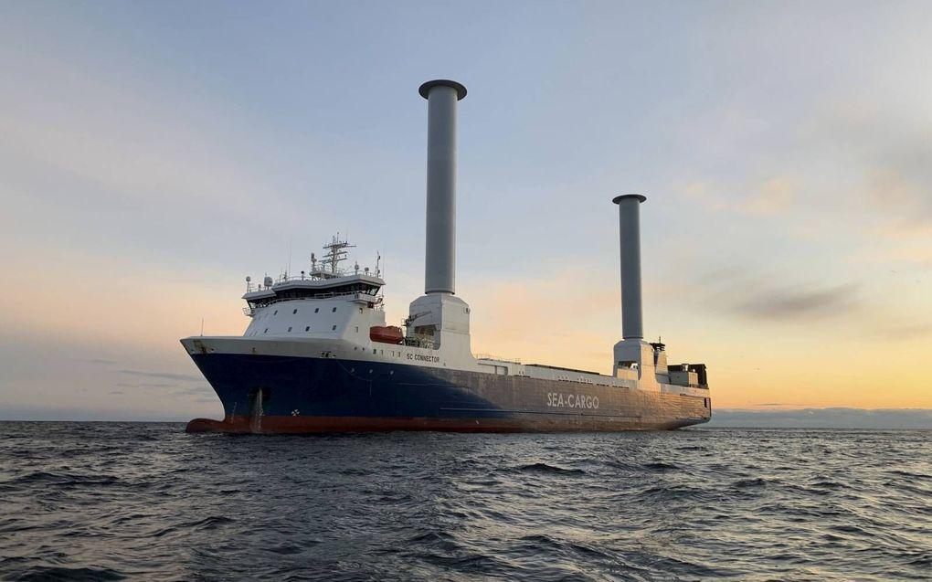 Rotterdam krijgt bijzonder bezoek. De SC Connector vaart met twee hoge roterende 'zeilen' op windenergie de haven binnen. beeld Sea-Cargo