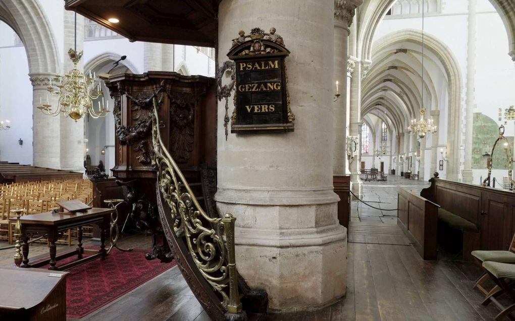 """Prof. dr. Govert Buijs: """"De ziel moet soms worden opgepord. """"Merk op, mijn ziel"""" zingen we dan."""" Foto: psalmbord in de Grote of St.-Bavokerk te Haarlem.beeld Sjaak Verboom"""
