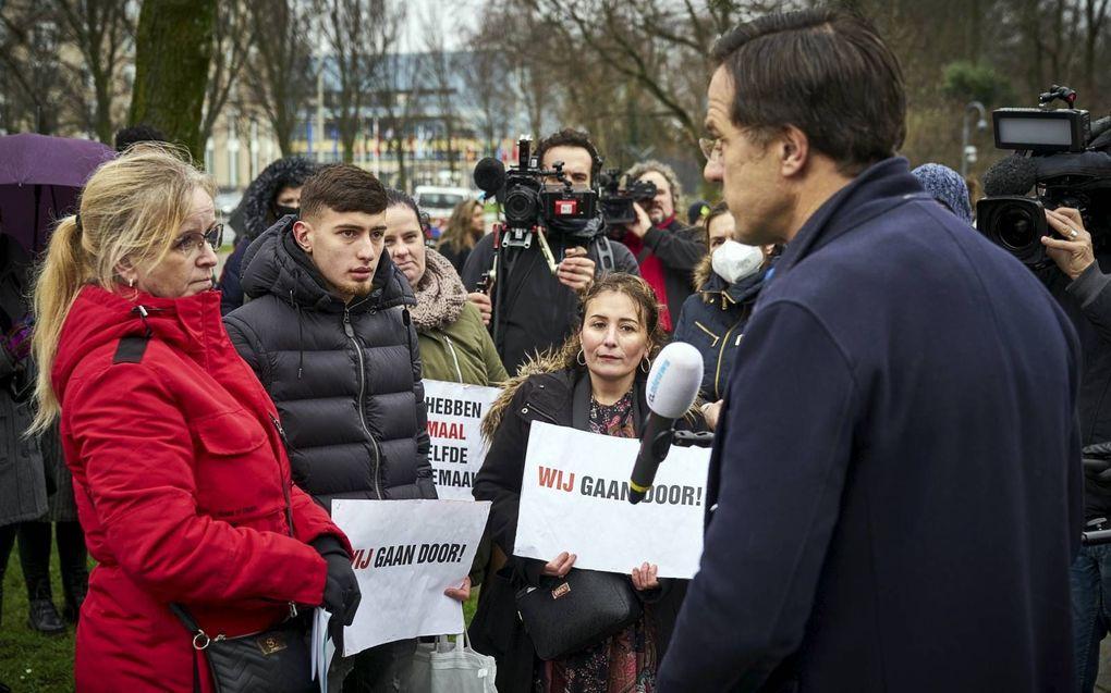 """""""De dynamiek van de moderne democratie leidt ertoe dat zoiets als de toeslagenaffaire gemakkelijk kan ontstaan."""" Foto: premier Rutte spreekt met ouders die gedupeerd zijn door deze affaire. beeld ANP, Phil Nijhuis"""