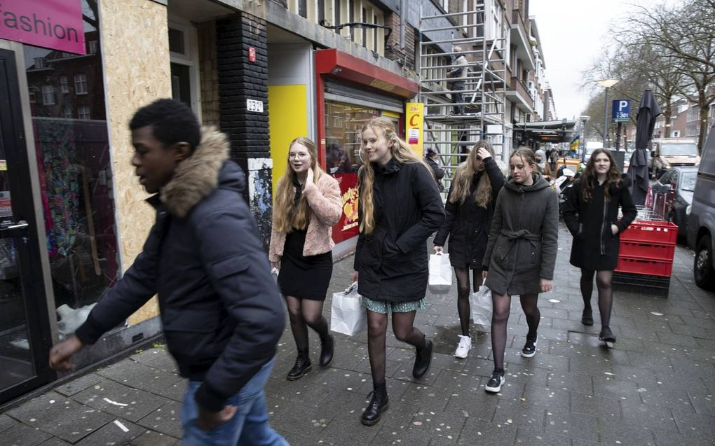 Studenten van het Hoornbeeck College Rotterdam bezoeken winkeliers na de rellen in Rotterdam-Zuid.beeld RD