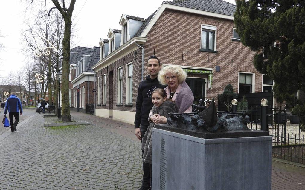 Matthieu, Marijke en Elysha Lawalata bij het Molukkersmonument in de Dorpsstraat in Lunteren.beeld Kees van Reenen