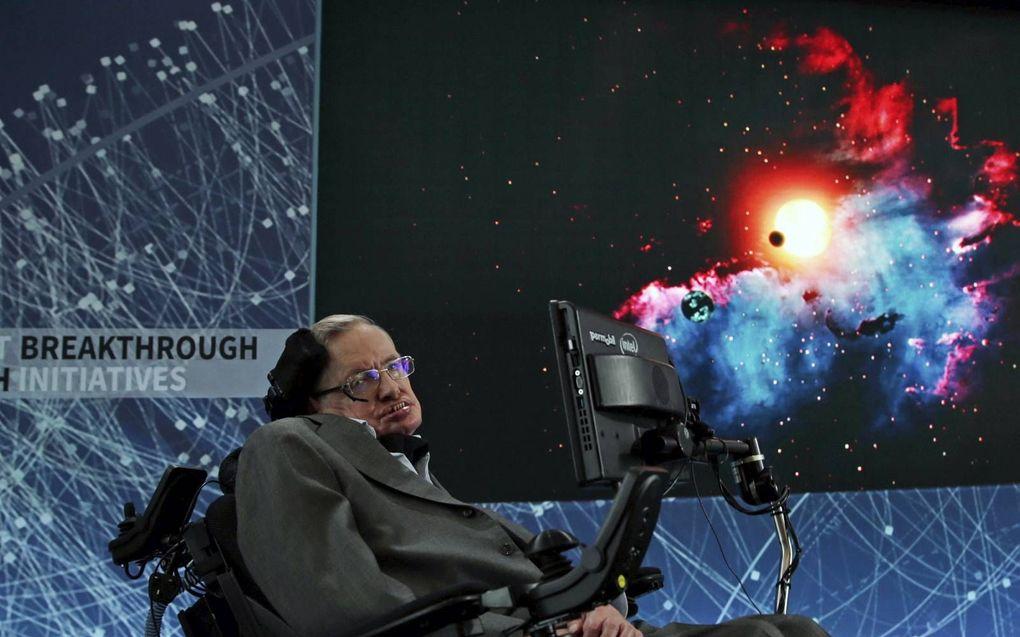 Een van de bekendste ALS-patiënten was de in 2018 overleden Britse astronoom Stephen Hawking. De volledig verlamde Hawking communiceerde via een hersenimplantaat en een tablet.beeld EPA, Jason Szenes