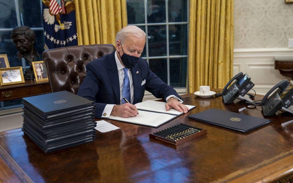 """""""Progressieven in Amerika juichten toen president Biden op de eerste dag van zijn regering een decreet tekende waardoor transgenders meer ruimte hebben."""" beeld EPA, Doug Mills"""