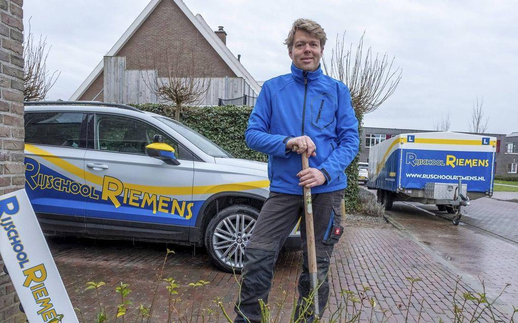 Rijinstructeur Jacob Riemens werkt tijdelijk als hovenier. beeld Dirk-Jan Gjeltema