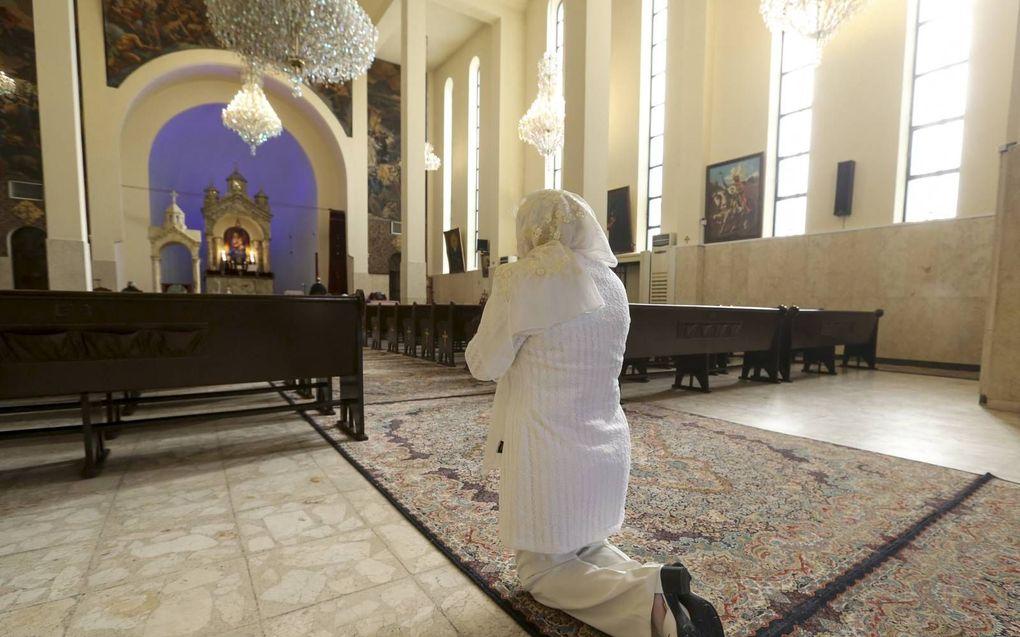 Christelijke gemeenschappen met historische wortels in Iran hebben beperkte vrijheid om samen te komen. Moslims die zich bekeren tot het christendom staan het meest onder druk en komen in het geheim bij elkaar. Foto: Een Iraanse christen in de Armeense kathedraal in Teheran.beeld AFP, Atta Kenare