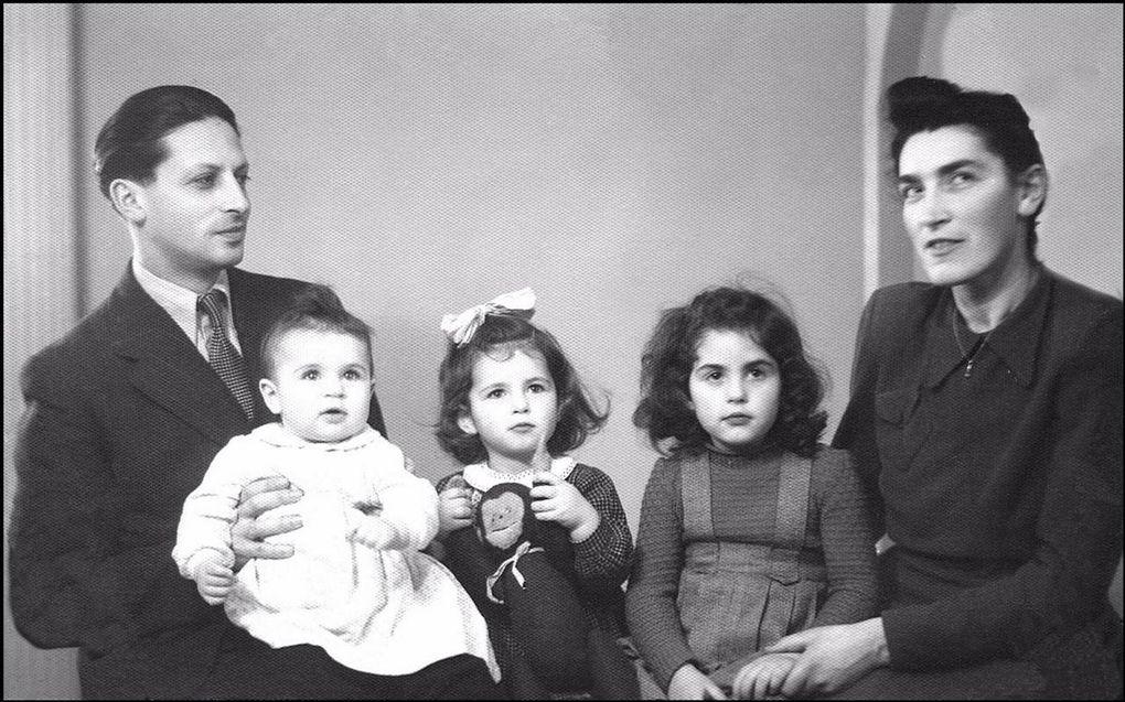 Ja'akov en Beckel Adler met hun drie dochters, december 1948, vlak voor het vertrek naar Israël.beeld Archief familie Adler