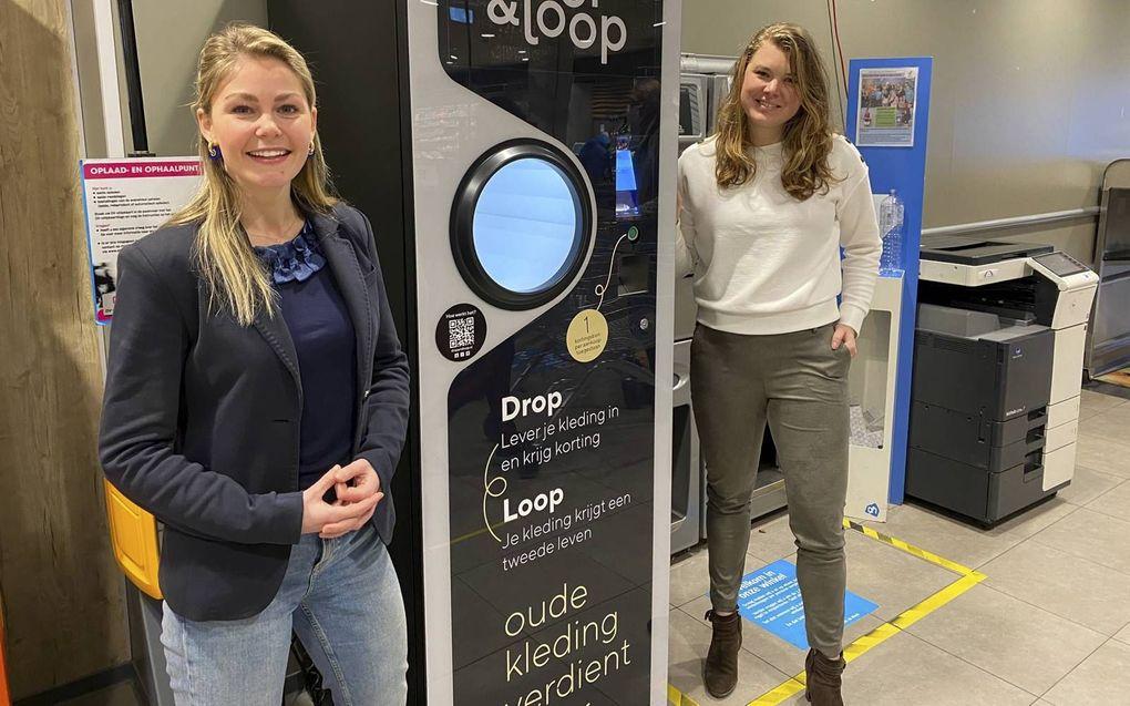 Carlijn Oosthoek (l.) en Suzan de Vries (r.) bedachten een kledingautomaat. beeld A.M. Alblas