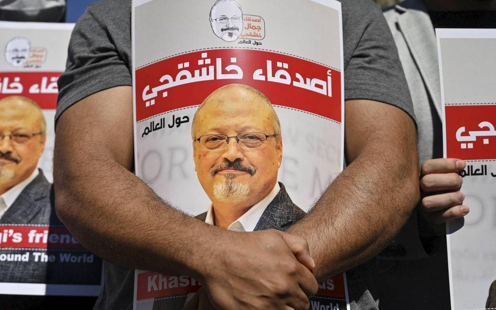 Vrienden van Jamal Khashoggi herdachten in oktober vorig jaar zijn dood voor de Saudische ambassade in Istanbul.beeld AFP, Ozan Kose