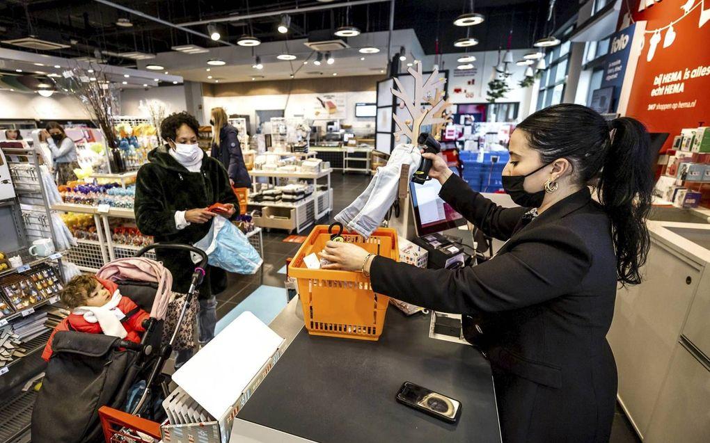 Een klant bezoekt een filiaal van Hema in Amsterdam. Niet-essentiële winkels mogen klanten weer verwelkomen op afspraak. Er mogen per verdieping twee klanten aanwezig zijn en zij krijgen een tijdslot toegewezen.beeld ANP, Remko de Waal