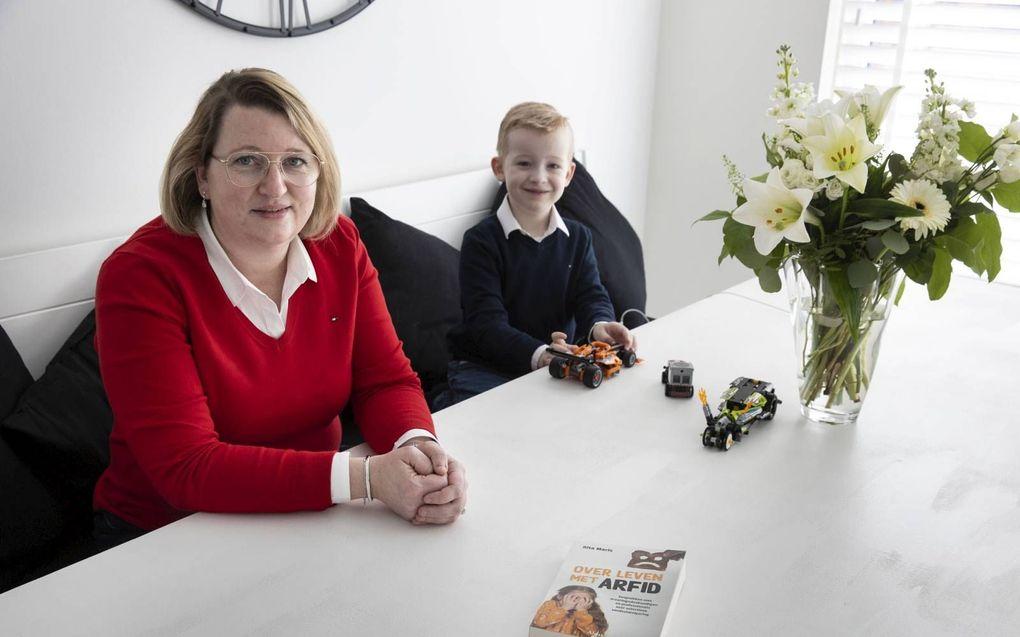 Rita Maris met haar zoontje Daniël (6). Als ontbijt eet hij pap, als lunch een lichtbruine boterham met pasta en als diner een potje Olvarit.beeld RD, Anton Dommerholt