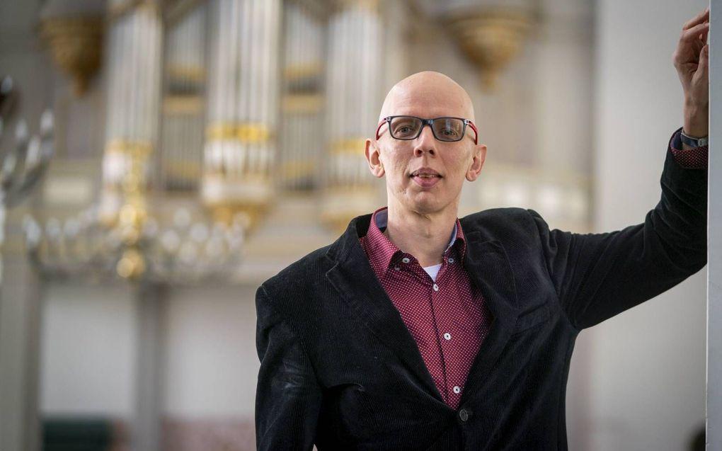 """Arjan Versluis in de Grote Kerk in Gorinchem. """"Door mijn studie werd de liefde voor het kerklied verdiept.""""beeld Cees van der Wal"""