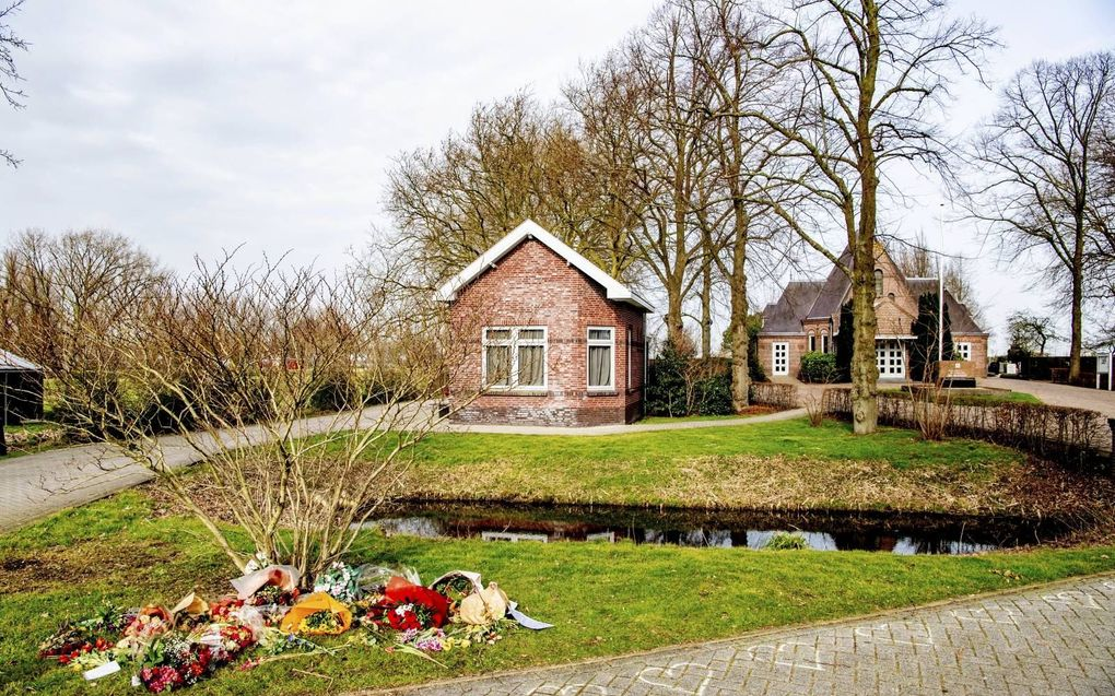 """Tientallen personen voerden begin dit jaar actie op de begraafplaats Vredehof in het Zuid-Hollandse Bodegraven. Ze plaatsten bloemen en actiebordjes op graven waarvan zij denken dat de overledenen zijn """"vermoord door een satanistisch pedonetwerk"""". beeld ANP, Robin Utrecht"""