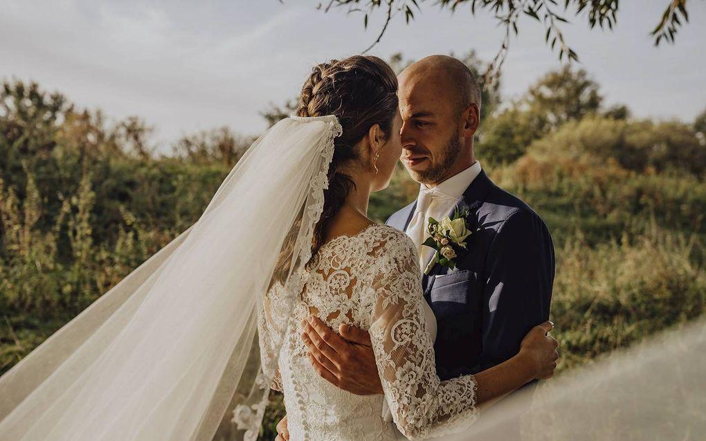 Een bruidspaar op hun trouwdag. De personen op de foto komen niet voor in het artikel. beeld Foto Mariek
