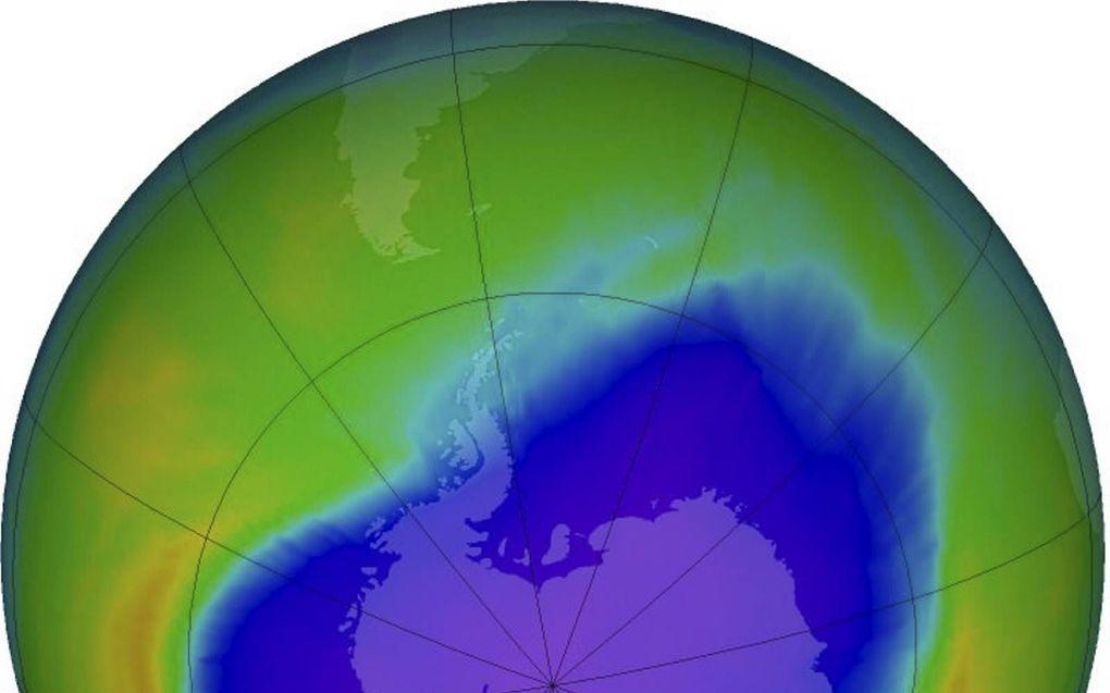 Het ozongat was op 28 september 2016 bijna drie keer zo groot als de Verenigde Staten. De paarse en blauwe kleuren geven de gebieden aan met de minste ozon. beeld NASA, Goddard Space Flight Center
