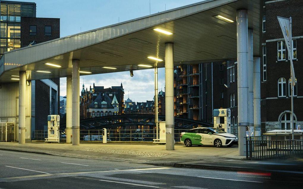 In de toekomstige waterstofeconomie draait de industrie op groene waterstof, worden huizen verwarmd met waterstof en rijden auto's, bussen en vrachtauto's op waterstof. Foto: Een Toyota Mirai tankt waterstof bij een tankstation in Hamburg. beeld iStock