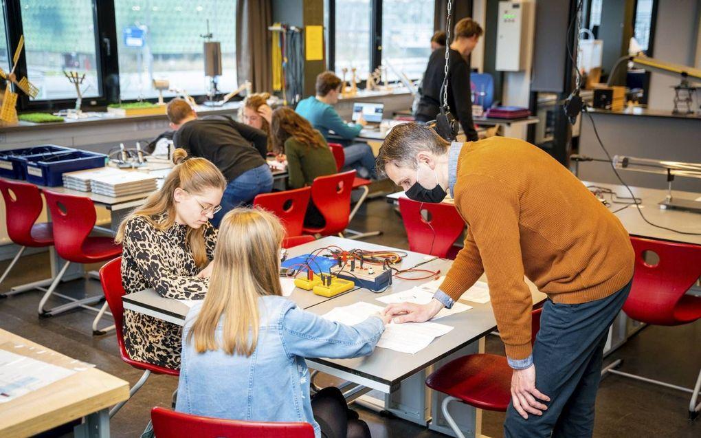 Leerlingen van het Wartburg College in Rotterdam. De stijging van het aantal besmettingen onder jongeren heeft volgens het RIVM waarschijnlijk te maken met de heropening van middelbare scholen op 1 maart.beeld Cees van der Wal