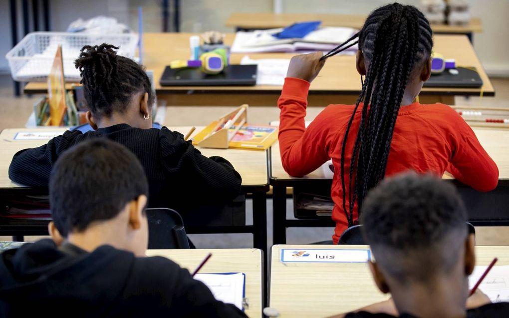 De Onderwijsraad vindt de werkdruk in het basisonderwijs te hoog. Het Rijk moet er meer geld voor uittrekken.beeld ANP, Koen van Weel