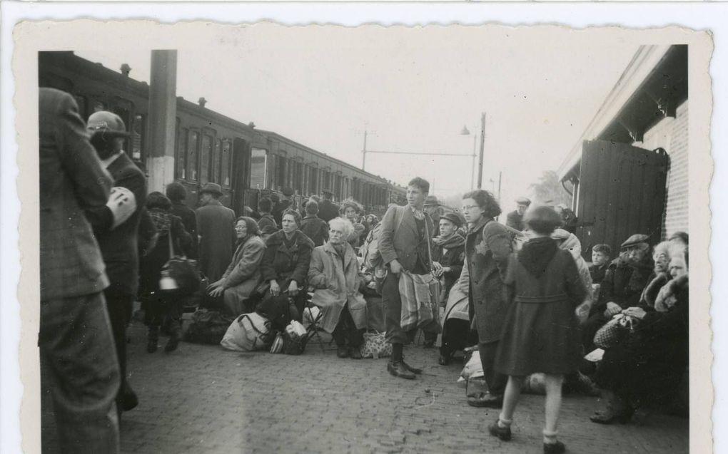 Perron Vught, 23 mei 1943: Een groep Joden staat klaar om naar Westerbork te vertrekken. Vijf dagen later worden de meesten vermoord in Sobibór.beeld Nationaal Monument Kamp Vught
