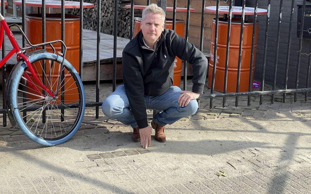 Frank van Dijk van Stichting 18 September. De Eindhovense stichting spande zich in voor het leggen van zogeheten struikelstenen.beeld RD