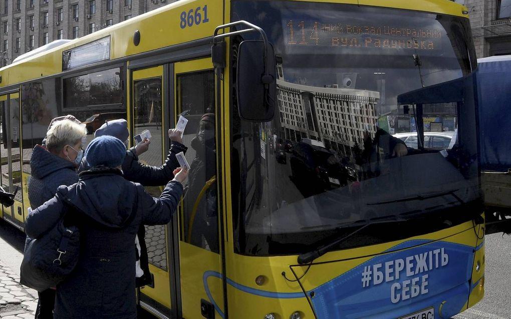 Coronapas voor ov in Kiev.beeld AFP, Sergei Supinsky