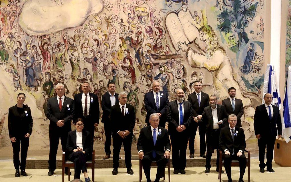 Alle Israëlische partijleiders poseerden dinsdag na de installatie van de nieuwe leden van de volksvertegenwoordiging.beeld EPA, Marc Israel Sellem