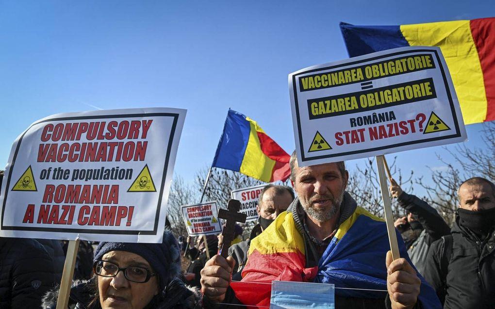 Roemeense demonstranten vergelijken vaccinatieplannen van de overheid met vernietigingskampen van de nazi's.beeld AFP, Daniel Mihailescu