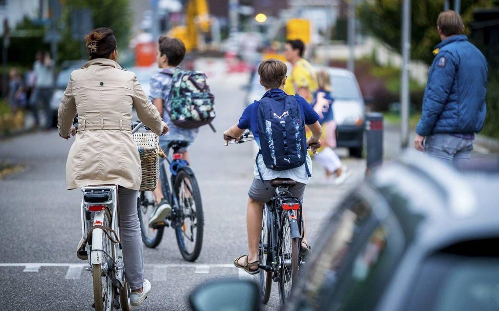"""Laat je kinderen met de fiets of lopend naar school gaan, drukt Veilig Verkeer Nederland ouders op het hart. """"Soms vraagt dat ernstige doorbreking van je routine.""""beeld ANP, Marcel van Hoorn"""