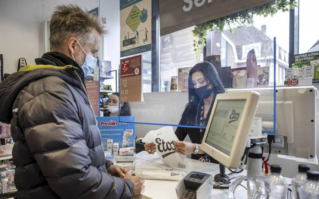 Bij Etos kost een coronazelftest 8,95 euro, maar daarmee haalt de consument vooral een feelgood-instrument in huis.beeld EPA, Ramon van Flymen