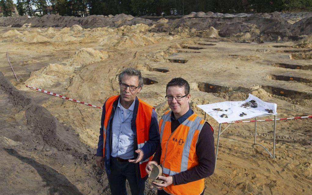 Eric Norde (rechts) met regioarcheoloog Maarten Wispelwey in 2018 bij de opgraving in Putten.