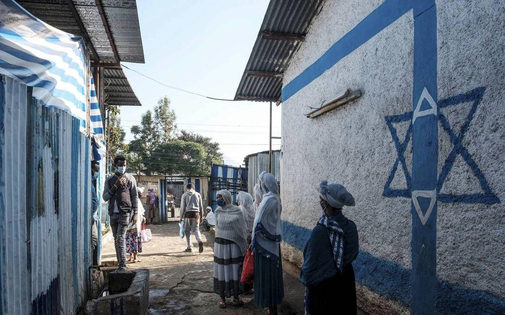 In Gondar in Ethiopië leeft een flinke joodse gemeenschap. Er is veel armoede onder deze groep. Veel Ethiopische joden werken als schoonmaker of verhuren zich als dagarbeider. De Hatikvahsynagoge vormt het centrale punt voor de gemeenschap. De synagoge is niet alleen in gebruik voor lessen Hebreeuws, maar er vindt ook medische hulpverlening en voedselvoorziening plaats. Veel van de joden zien er naar uit om naar Israël te vertrekken.beeld AFP, Eduardo Soteras
