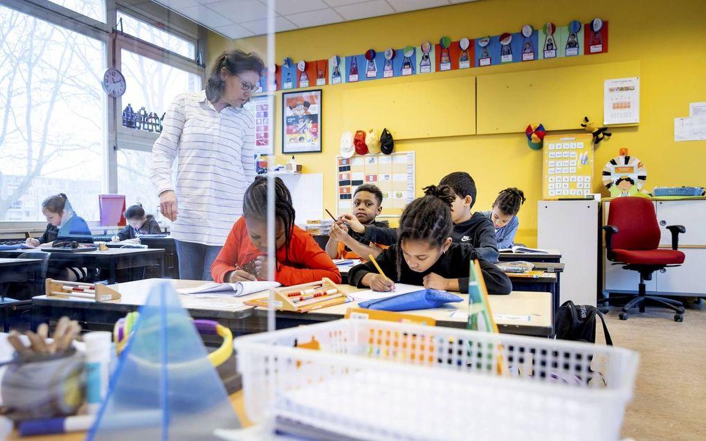 Basisschoolleerlingen maken gebruik van de noodopvang. De onderwijsinspectie constateerde woensdag dat de verschillen in kansen tussen leerlingen zijn toegenomen.beeld ANP, Koen van Weel