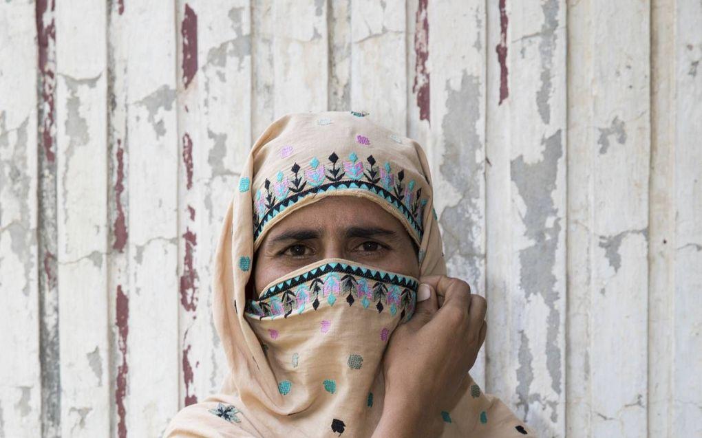 Aster wil niet herkend worden en hult zich daarom in een hoofddoek. Sinds ze zich afkeerde van de islam en christen werd, probeert haar familie haar om het leven te brengen.beeld Hulp Vervolgde Christenen