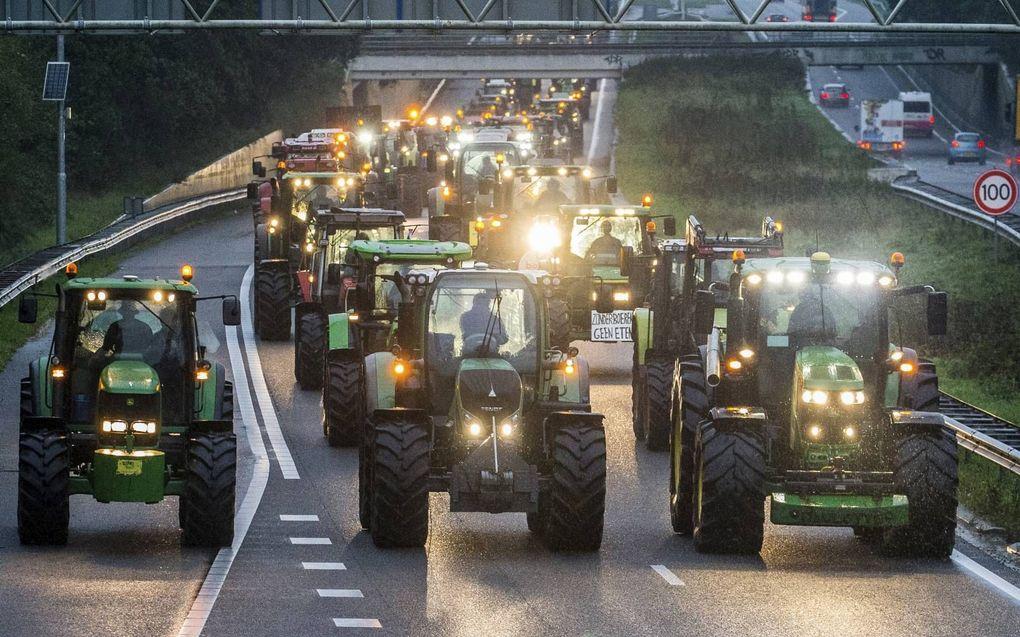 Protesterende boeren blokkeren de A28. beeld Hollandse Hoogte/ANP