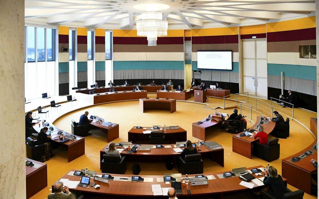 """""""Wanneer een Statenlid het """"ik ben voor"""" of """"ik ben tegen"""" vervangt door gesprekken of debatten, wint hij aan kwaliteit en diepgang."""" Foto: Statenvergadering in Maastricht. beeld ANP, Piroschka van de Wouw"""