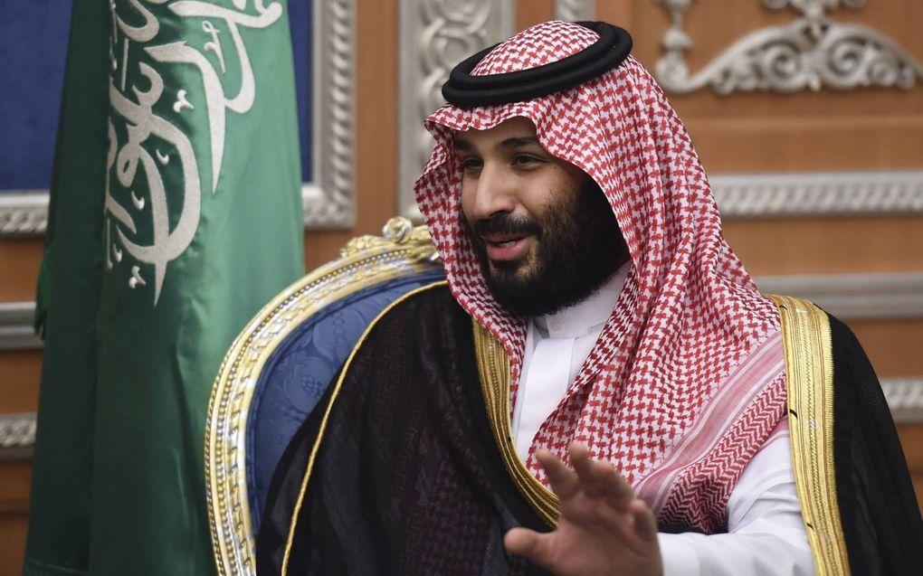 De Saudische kroonprins Mohammed bin Salman. Achter hem de nationale vlag met daarop de islamitische geloofsbelijdenis.beeld AFP, Fayez Nureldine