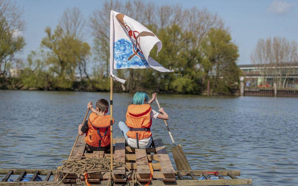 Dordtse basisschoolleerlingen leren varen met een vlot.beeld André Bijl