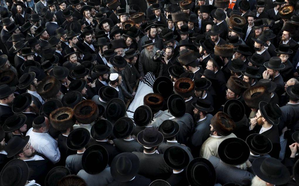 Begrafenis van een van de 45 slachtoffers van het Joodse feest op de Meronberg.beeld EPA, Atef Safadi
