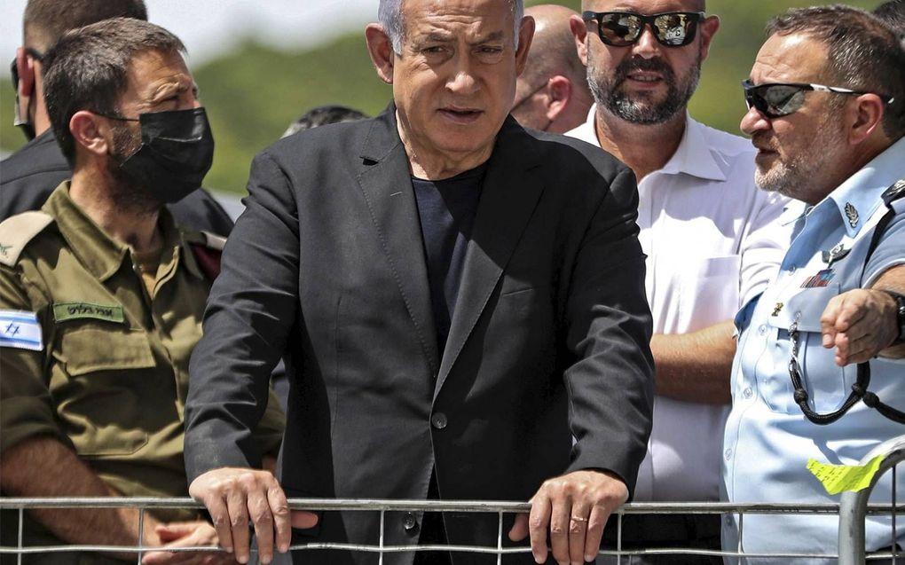 De Israëlische premier Benjamin Netanyahu op de plek waar vorige week 44 mensen omkwamen tijdens een religieuze bijeenkomst.beeld AFP, Ronen Zvulun