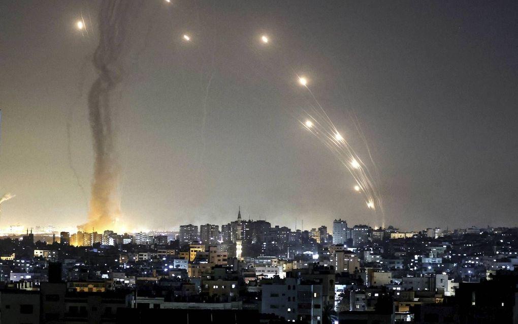 Terreurgroepen uit Gaza nemen Israël zwaar onder vuur. De joodse staat zet het Irone Dome-raketafweersysteem in om vijandelijke raketten te onderscheppen. beeld AFP, Mahud Hams