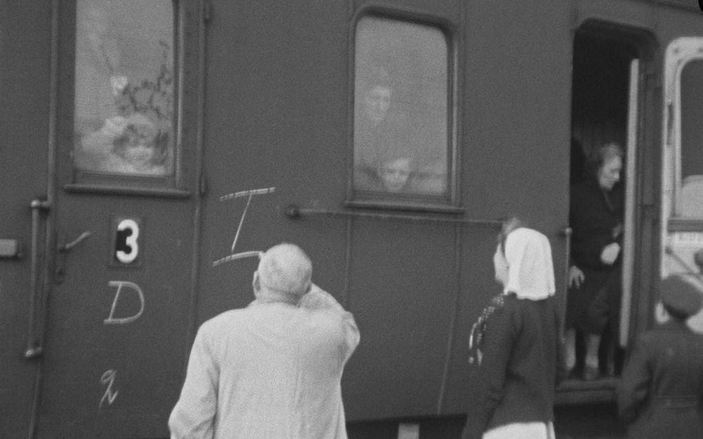 Een verpleegster op het perron van Kamp Westerbork heeft een laatste oogcontact met Marcus Degen en zijn moeder, achter het rechterraam, kort voordat de trein vertrekt.beeld RD