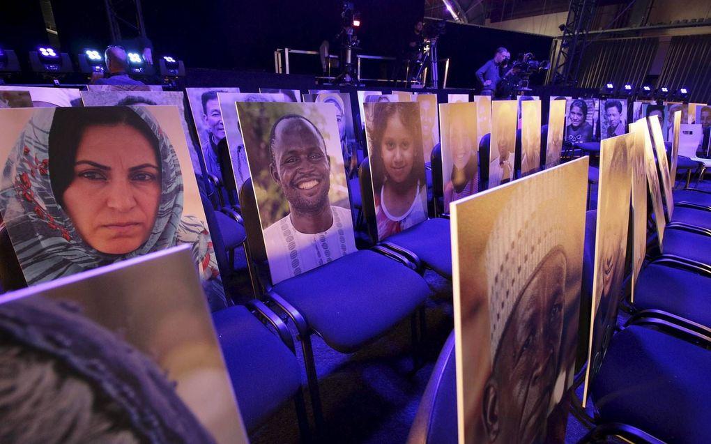 Vanwege het ontbreken van publiek vullen foto's van vervolgde christenen de stoelen tijdens de online Open Doorsdag 2020.beeld Open Doors