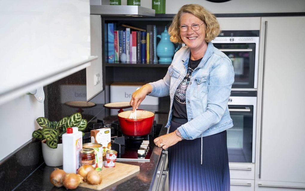 Marijke Voois eet de pilav graag met veel sambal. Maar komen er eters, dan houdt ze zich in.beelden Cees van der Wal