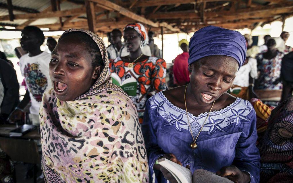 Christelijke vrouwen in Nigeria. Moslimextremisten doodden zondag tientallen christenen in het Izi-gebied.beeld Maarten Boersema