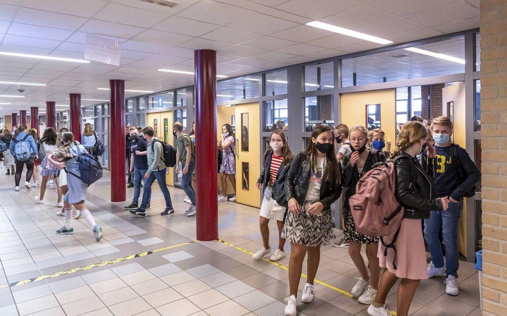Middelbare scholen mochten vanaf maandag hun deuren openen voor alle leerlingen. Ook leerlingen van de Fruytier scholengemeenschap in Rijssen krijgen weer in volledige klassen les. beeld Studio 81