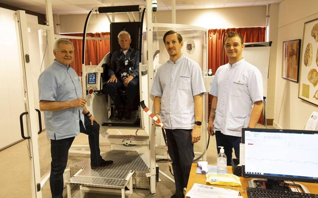Ronald van der Kuil, een patiënt, Sebastiaan van der Kuil en Carlos Bernier (v.l.n.r.) bij de GyroStim.beeld RD, Anton Dommerholt