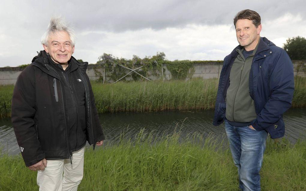 Kunstenaar Jan van IJzendoorn (links) en WUR-onderzoeker Fabrice Ottburg op een van de plekken waar de langste boomgaard van Nederland moet komen.beeld VidiPhoto
